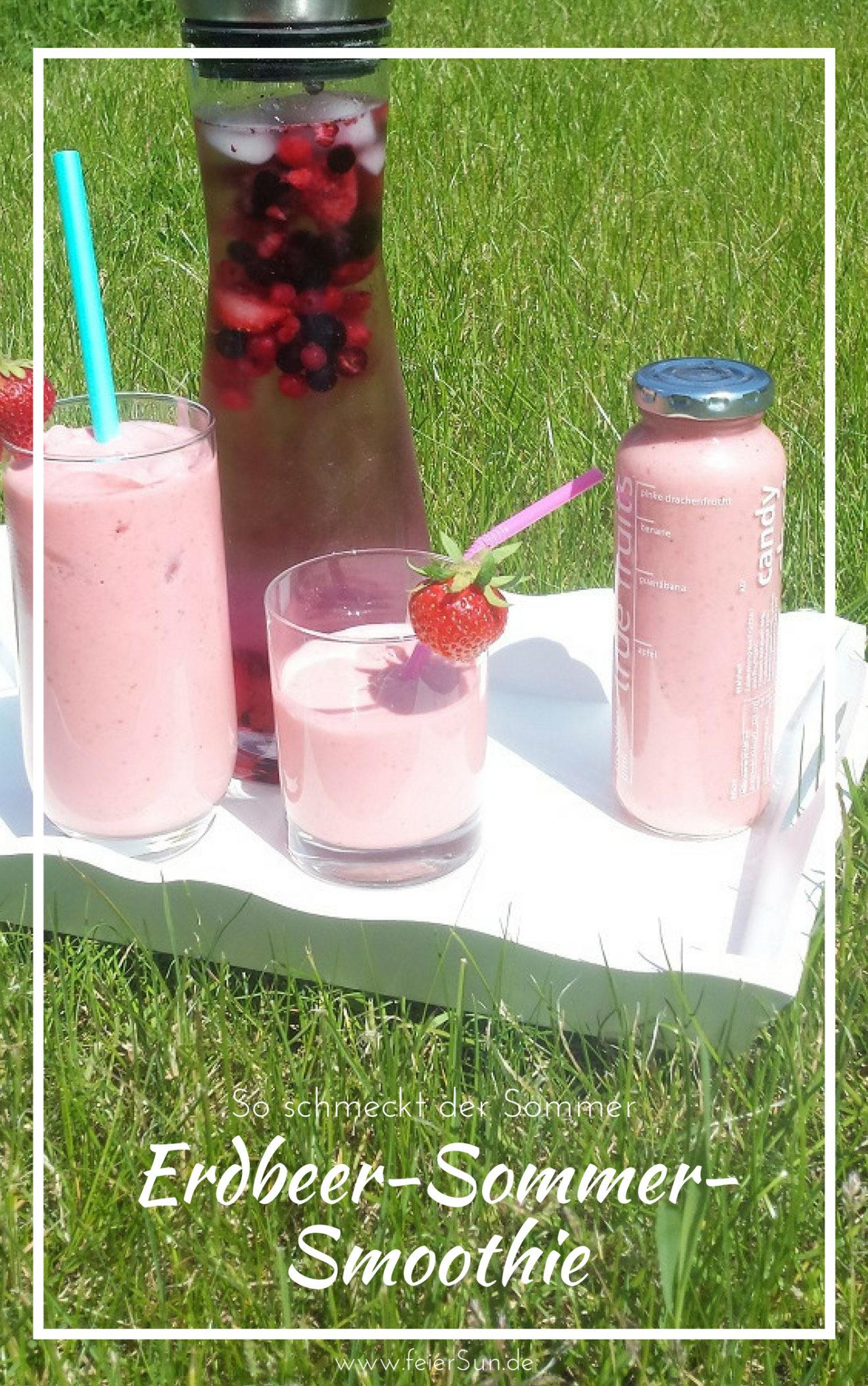 Der leckere Erdbeer-Sommer-Smoothie steht in seiner rosa-Farbe angerichtet auf einem weißen Tablet auf einer grünen Wiese.Ein kleines und ein großes Glas sind trinkbereit mit Eis und Strohhalm und Erdbeere angerichtet. Eine Portion wartet in einer Flasche als Smoothie to go.