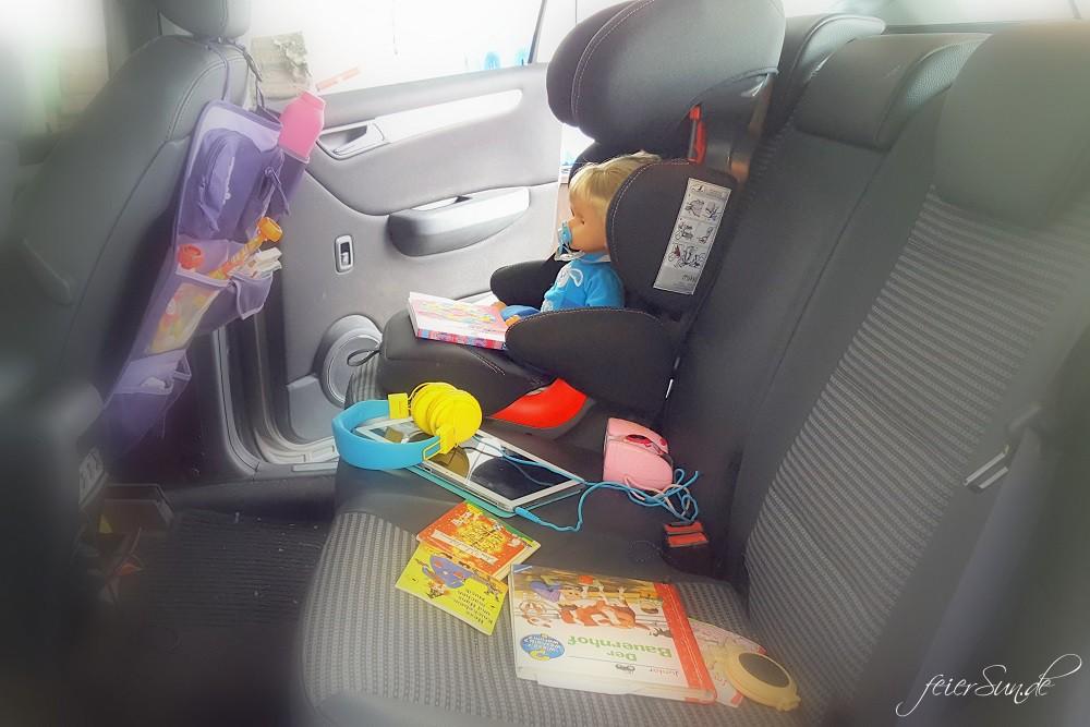 Reisen mit Kind im Auto - auf der Rückbank sollte alles griffbereit sein