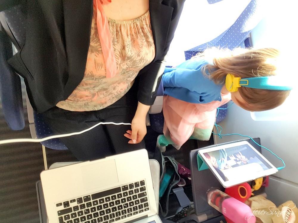 Reisen mit Kind im Zug - unsere 10 Tipps fuer eine Reise mit dem Kind und der Bahn denn wir reisen gerne - Travelblogger arbeiten auch wahrend der Fahrt