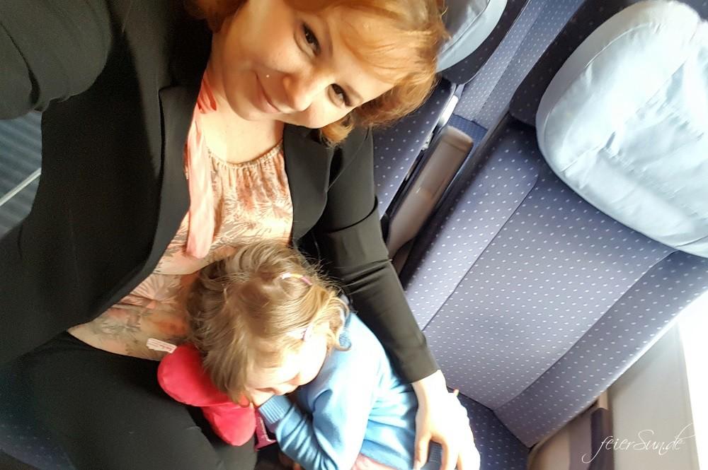Reisen mit Kind im Zug - unsere 10 Tipps fuer eine Reise mit dem Kind und der Bahn denn wir reisen gerne - Travelblogger kuscheln