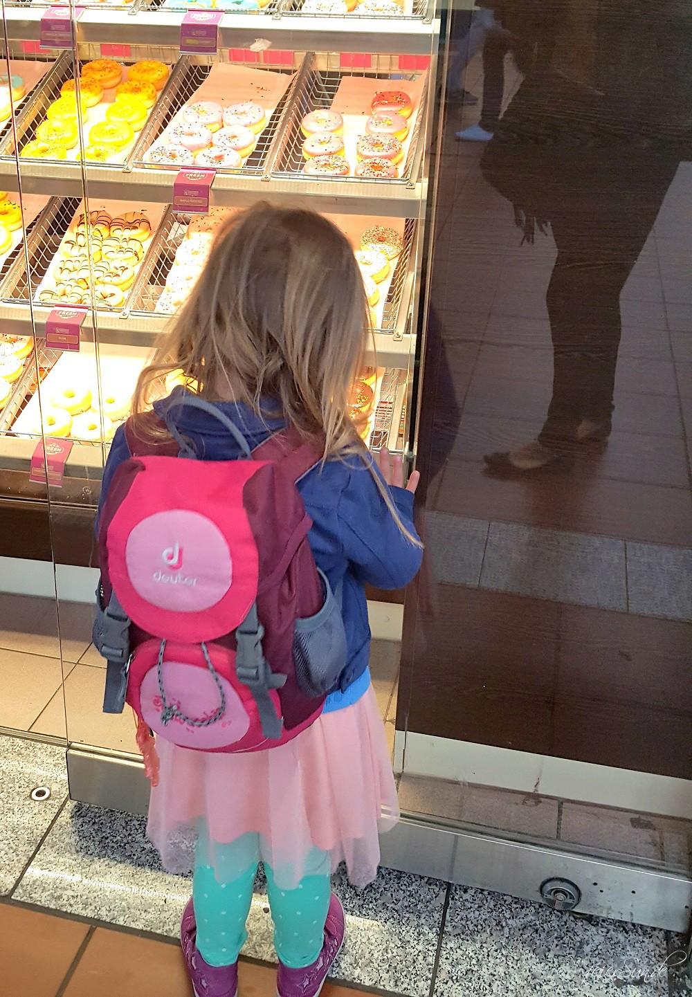 Reisen mit Kind im Zug - unsere 10 Tipps fuer eine Reise mit dem Kind und der Bahn denn wir reisen gerne - Travelblogger sind auf der Suche nach Suesskram