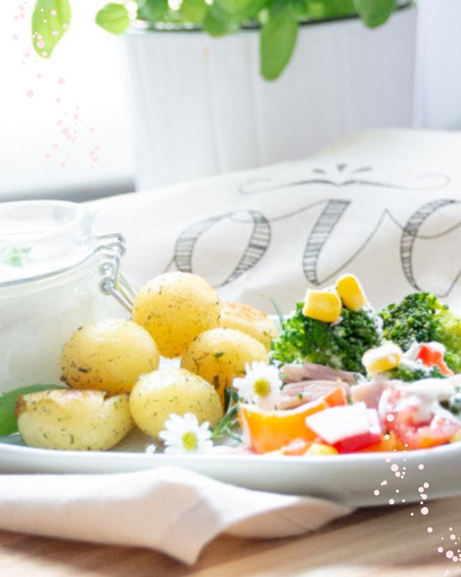 Salat-Rezepte gehören für mich genau so in die schönste Zeit des Jahres wie die Sonne, Grillen oder Baden gehen. Rezept Brokkolisalat mit Rosmarinkartoffeln #feierSun #summerSalad #feierSunFood #SummerFood