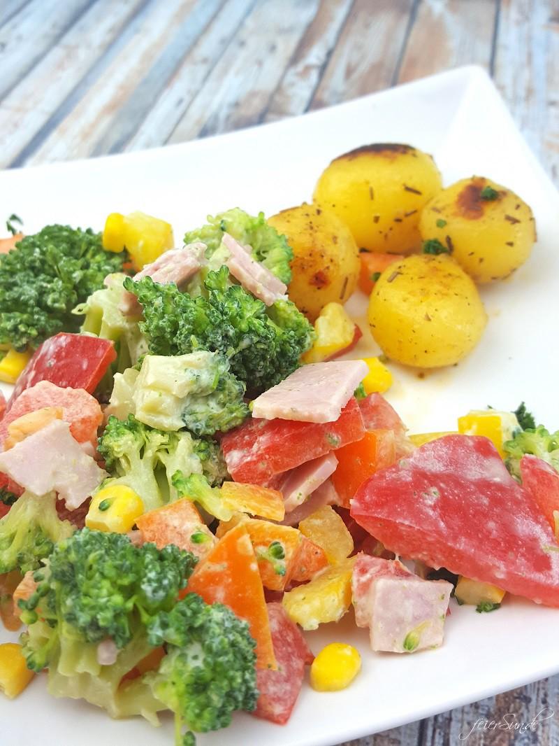Brokkolisalat mit Rosmarinkartoffeln_Sommersalt_ein leckerer Salt für den Sommer_Brokkoli als Salat schmeckt super lecker Ausschnitt