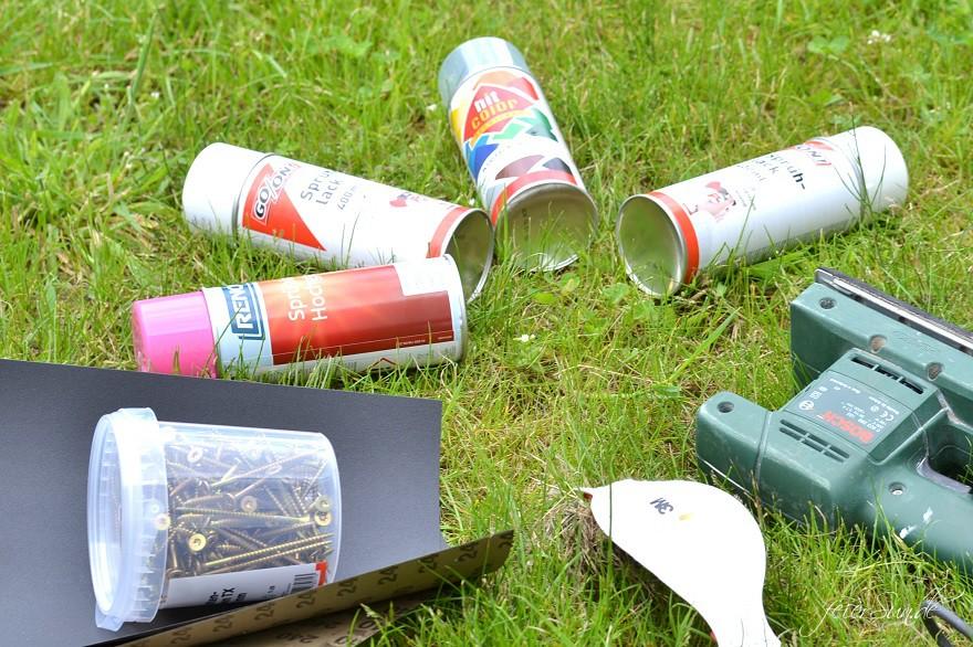 Material für den Bau eines Balancierbalken: Sprühdosen mit Lack in verschiedenen Farben, Schleifpapier, Schleifmaschine, Schrauben, Bohrer, Atmentschutz