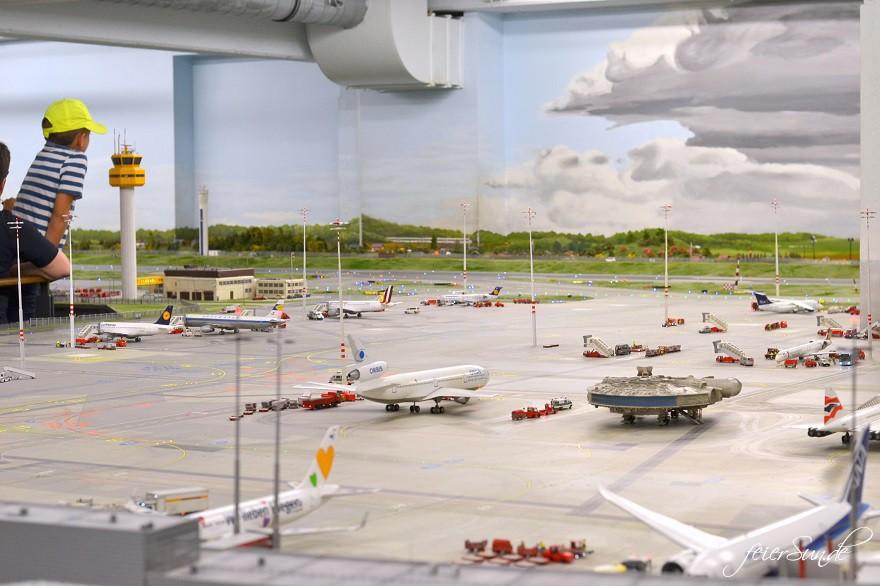 Miniatur Wunderland - Kleine grosse Welt - Grosse Welt ganz klein_folge-uns-ins-Modellland-Hamburg-der-Flughafen-Attraktion