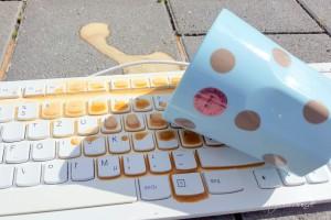 Murphys Gesetz oder auch Murphys Law - Was schief gehen kann wird schief gehen - Kaffe auf der Tastatur Klassiker im Office