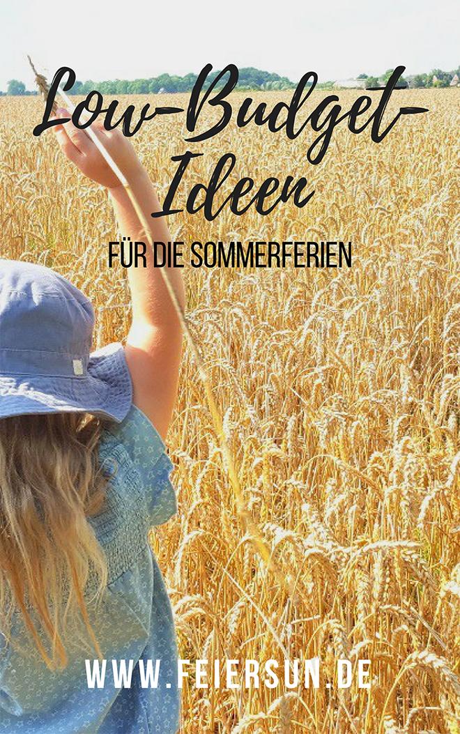 """Ein Kind steht im Feld und reißt die Arme hoch und die Aufschrift """"Sommerferien daheim - Low Budget Ideen für daheimgebliebene - www.feierSun.de"""