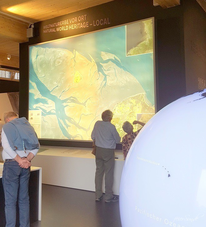 mein Wattenmeer cuxhaven unser Ausflug in das Besucherzentrum das Unesco Weltnaturerbe vor dem Eingang - das Gebäude was lebte hier - nicht nur Tiere aus dem Watt - Wissen für jung und alt