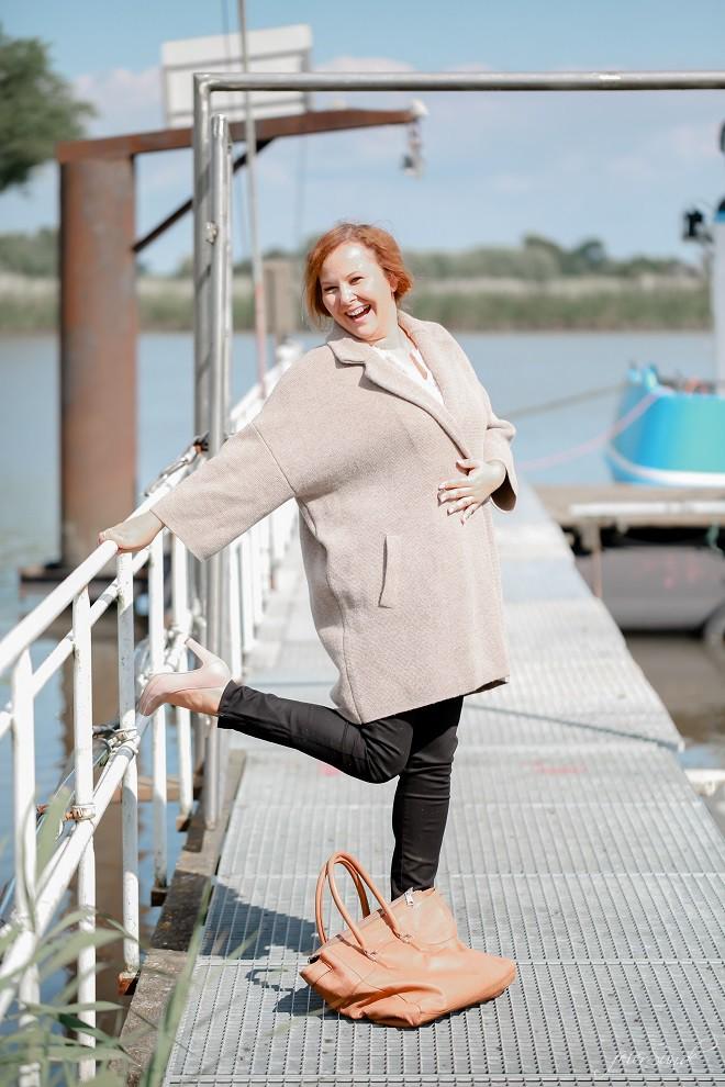 zwischen-suchen-und-finden_outfitpost_mode_mom_fashion_lachend-gehe-ich-meinen-weg