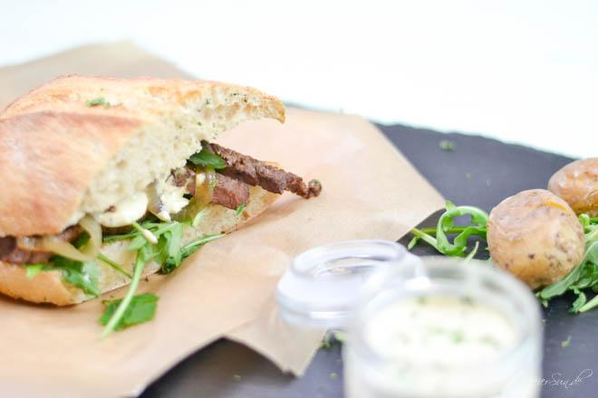 Ein Steak-Sandwich im Ciabatta? Gehört das nicht in so eine wabbelige Weißbrotscheibe, also dieses Sandwitch? Ne, in Ciabatta ist es eben besonders lecker. Und wenn Jamie Oliver Steak in Ciabatta stecken kann, kann ich das auch.