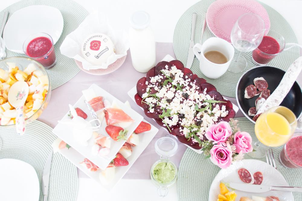Wenn das Frühstück zu früh und Mittagessen zu spät scheint, dann ist es die perfekte Zeit für einen leckeren Brunch. Wie bei uns herzhafte und süße Leckereien auf unserem Oster-Bruch-Tisch ausgesehen habe, dass zeige ich Euch heute gemeinsam mit der Brunchbox.