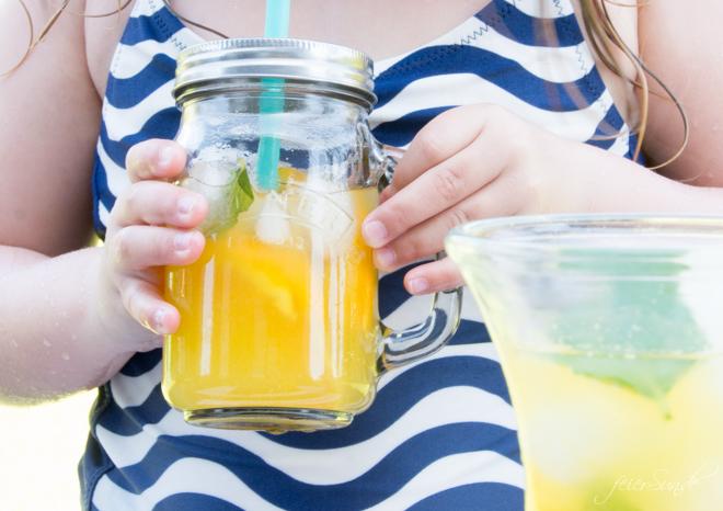erfrischende-orangen-limonade-selber-machen geht ganz einfach. so schnell und lecker eine erfrischende Limonade einfach selber machen. Denn Limonade schmeckt und unser Rezept ist so einfach.