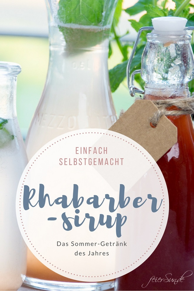 """Falschen mit frischen roten Rhabarbersirup und der Aufschrift """"Einfach selbstgemacht - Rhabarbersirup - Das Sommer-Getränk des Jahes!"""