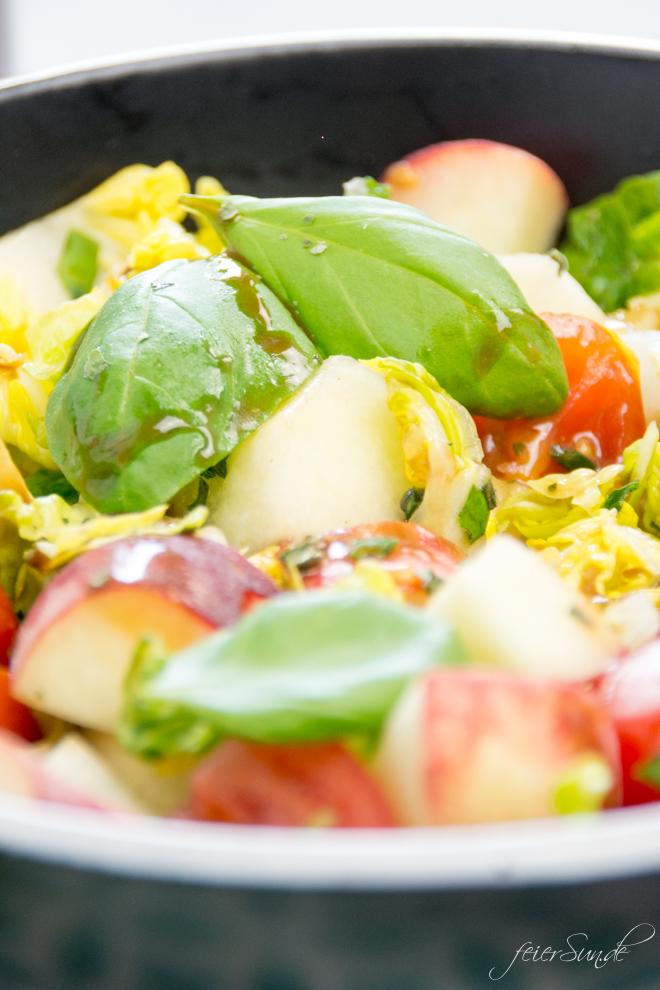 Auf feierSun.de gibt es den perfekten Sommersalat. Er ist ist bunt, lecker & passend für die GrillSaison. Fruchtig, frisch mit Pfirsichen, Cocktailtomaten & süßen Kürbiskerne. feierSun.de I Familienleben - Lifestyle - Herz