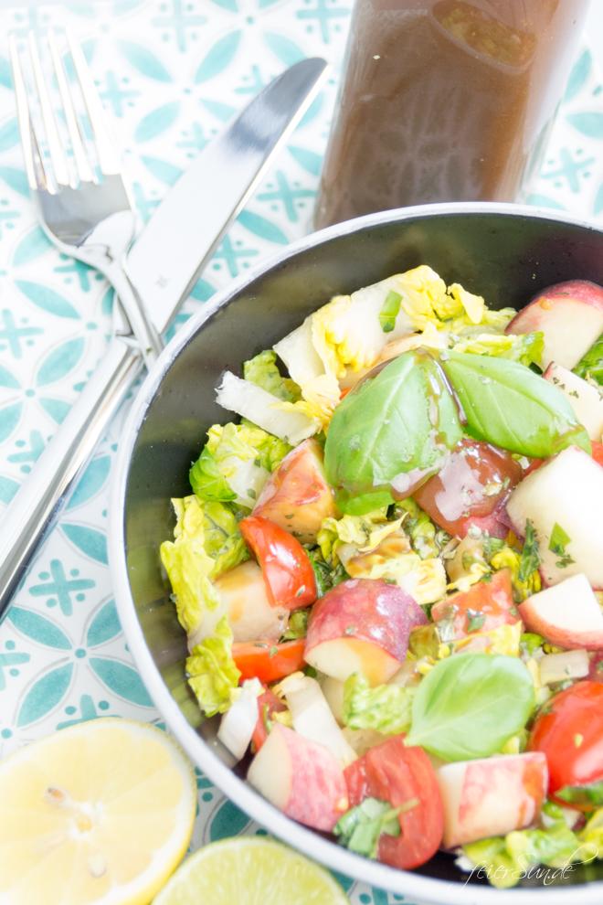 Auf feierSun.de gibt es heute den perfekten Sommersalat. Er ist ist bunt, lecker & passend für die GrillSaison. Fruchtig, frisch mit Pfirsichen, Cocktailtomaten & süßen Kürbiskerne. feierSun.de I Familienleben - Lifestyle - Herz