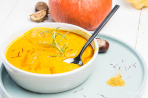 Auf feierSun.de gibt es heute ein Rezept für einfache KüRbiSsuPpE mit KokOsMiLCh und CUrRy ist perfekt für die kalte Jahreszeit. Mein Herbstessen total vegan und vegetarisch.