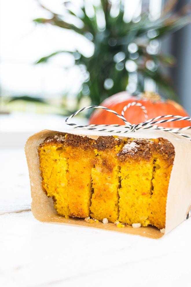 Kuchen als Geschenk. Auf feierSun.de gibt es ein #Rezept für KüRbiSkUChEn mit Mandeln und fast ganz ohne Mehl. Saftig, #lecker & #saisonal. #Kuchen und #Herbst auf feierSun.de
