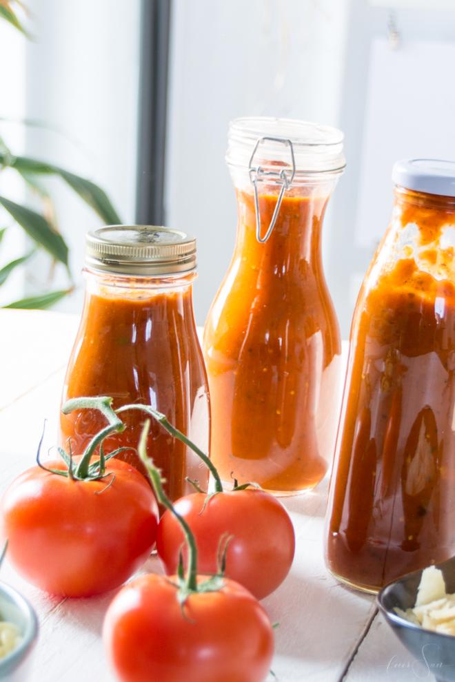 Frische Tomatensoße kannst Du super einfach haltebar machen. Meine Anleitung zum Einkochen in 2 einfachen Varianten auf #feierSun #zumEinkochen und für das Kochen für Kinder #halbarmachen #vakuum #nachhaltigkeit