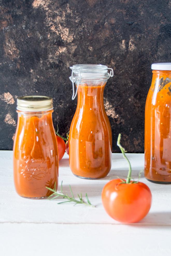 Frische Tomatensoße kannst Du super einfach haltebar machen. Meine Anleitung zum Einkochen in 2 einfachen Varianten auf #feierSun #zumEinkochen #halbarmachen #vakuum #nachhaltigkeit #sonnentomaten