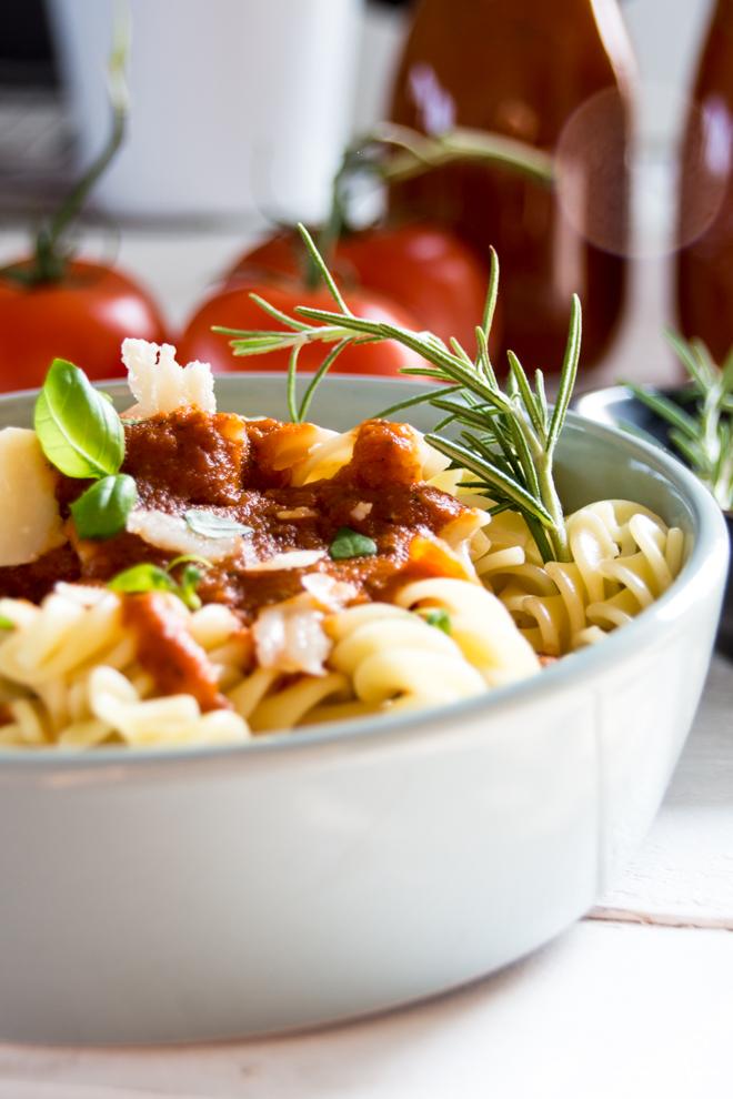 Schnelles Mittagessen: Die leckerste Tomatensauce der Welt selber und sogar haltbar machen? Ich zeige Dir wie das geht. Tomatensoße auf frischen Tomaten. Denn schnell muss nicht immer ungesund sein. // (M)ein super einfaches #Rezept auf #feierSun