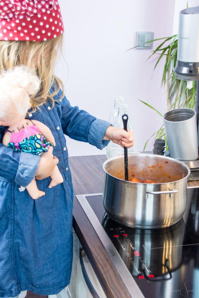 Schnelles Mittagessen: Die leckerste Tomatensauce der Welt selber und sogar haltbar machen? Ich zeige Dir wie das geht. Tomatensoße auf frischen Tomaten. Denn schnell muss nicht immer ungesund sein. // (M)ein super einfaches #Rezept und warum ich mit Kindern kochen so liebe auf #feierSun