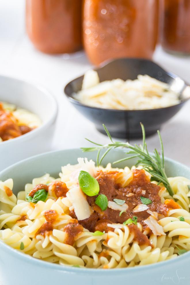 Soulfood: Die leckerste Tomatensauce der Welt selber und sogar haltbar machen? Ich zeige Dir wie das geht. Tomatensoße auf frischen Tomaten. Denn schnell muss nicht immer ungesund sein. // (M)ein super einfaches #Rezept auf #feierSun