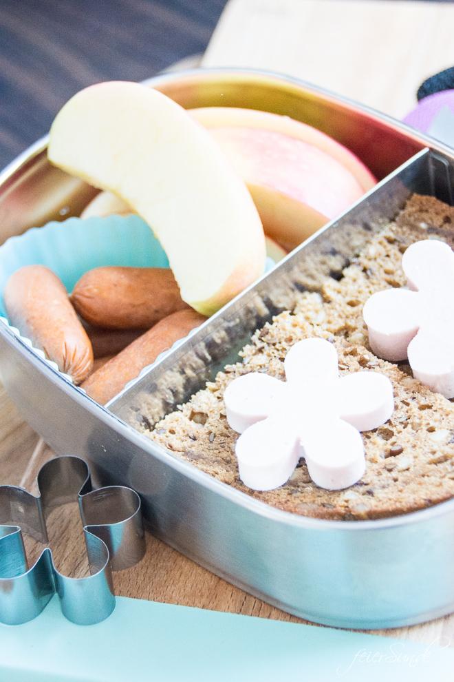 Du brauchst ausgewogene Inspiration dafür, was Du dem Kind in die #Lunchbox packst, damit es den Inhalt der #Brotdose auch isst? Dann hab ich hier viele Ideen, die auch wirklich gegessen werden. Das kommt bei uns rein und so isst auch Dein Kind seine #Brotbox leer! #Schule #KiGa #Kindergarten #gesundesEssen #Frühstück auf feierSun.de
