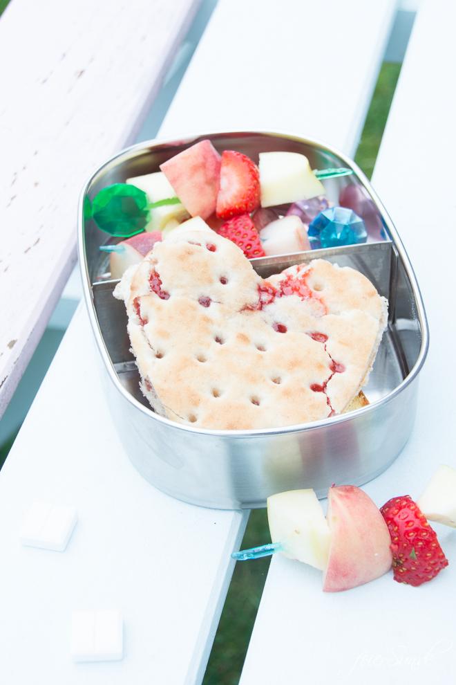 Du brauchst vegetarische Inspiration dafür, was Du dem Kind in die #Lunchbox packst, damit es den Inhalt der #Brotdose auch isst? Dann hab ich hier viele Ideen, die auch wirklich gegessen werden. Das kommt bei uns rein und so isst auch Dein Kind seine #Brotbox leer! #Schule #KiGa #Kindergarten #gesundesEssen #Frühstück auf feierSun.de