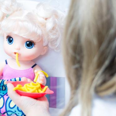 Geschenkidee für Deine Puppenmama: die BabY ALivE bAbY Leckerschmecker. Mädchen spielen gerne und umsorgen und füttern. // Inspiration