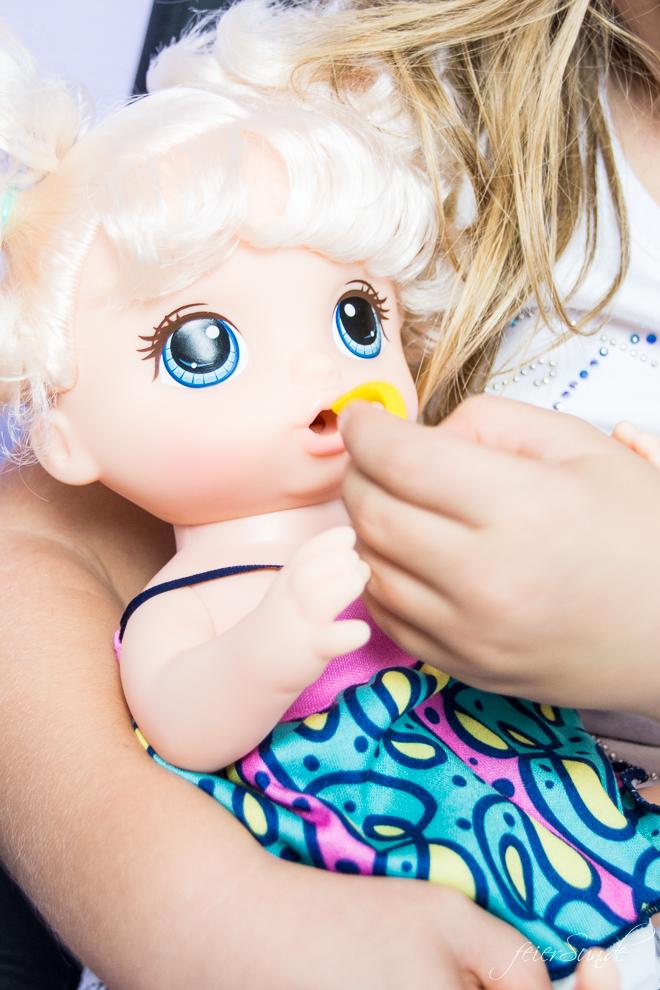 Geschenkidee für Deine Puppenmama: die BabY ALivE bAbY Leckerschmecker. Mädchen spielen gerne und umsorgen und füttern. // Inspiration auf feieSun.de