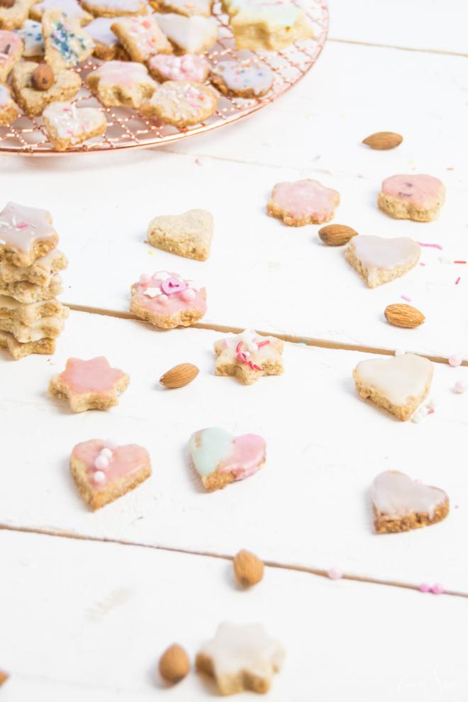 Die leckersten Mandel-Butter-Plätzchen mit Kokosraspeln kommen in diesem Jahr frisch aus der Weihnachtsbäckerei und sind kinderleicht nach zu backen. Backen mit Kindern // Backen ist Liebe #feierSun #Rezept