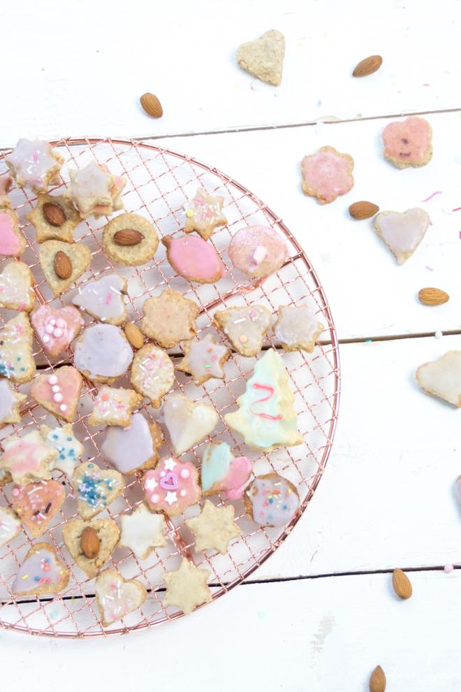 Die leckersten Mandel-Butter-Plätzchen mit Kokosraspeln kommen in diesem Jahr frisch aus der Weihnachtsbäckerei und sind kinderleicht nach zu backen. Backen mit Kindern // Backen ist Liebe #Rezept #feierSun