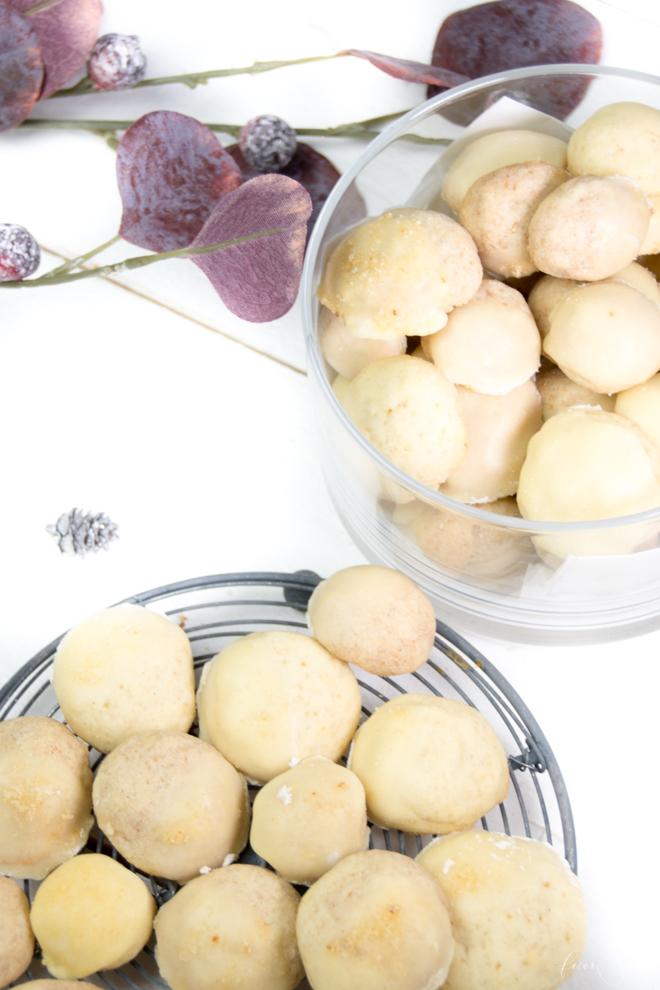Kekse für den Tisch - ORaNGeN-tRpPfeN sind einfache KeKSe mit ZuCkeRhauBe. Ein schnelles Rezept aus meiner Weihnachtsbäckerei was immer gelingt und einfach lecker ist. Zur Adventsfeier, zum Kaffee oder einfach so zwischendurch. Das super #Rezept für die #Weihnachtsbäckerei und der Garant #BackenistLiebe | #feierSun