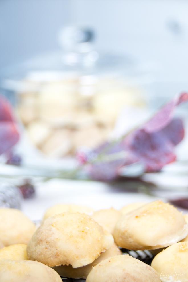 ORaNGeN-tRpPfeN sind meine einfachen KeKSe mit ZuCkeRhauBe. Ein schnelles Rezept aus meiner Weihnachtsbäckerei was immer gelingt und einfach lecker ist. Zur Adventsfeier, zum Kaffee oder einfach so zwischendurch. Das super #Rezept für die #Weihnachtsbäckerei und der Garant #BackenistLiebe | #feierSun