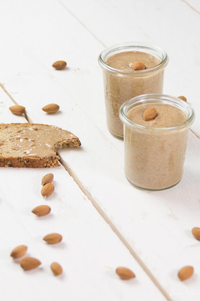 Selbermachen statt kaufen - gesund, lecker, vegan und sogar ohne unnötige Zusatzstoffe, denn es besteht nur auf 2 Zutaten. Mandelmus bzw. Mandelbutter einfach selber machen. Das einfachste Rezept für Mandelbutter und Mandelmus findest Du auf #feierSun.de #feierSunFood #Rezept #Mandeln #Almond