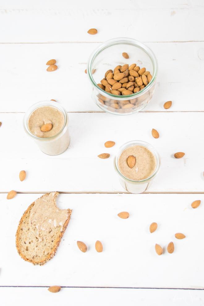Selbermachen statt kaufen - gesund, lecker, vegan und sogar ohne unnötige Zusatzstoffe. Mandelmus bzw. Mandelbutter einfach selber machen. Das einfachste Rezept für Mandelbutter und Mandelmus findest Du auf #feierSun.de #feierSunFood #Rezept #Mandeln #Almond #2Zutaten