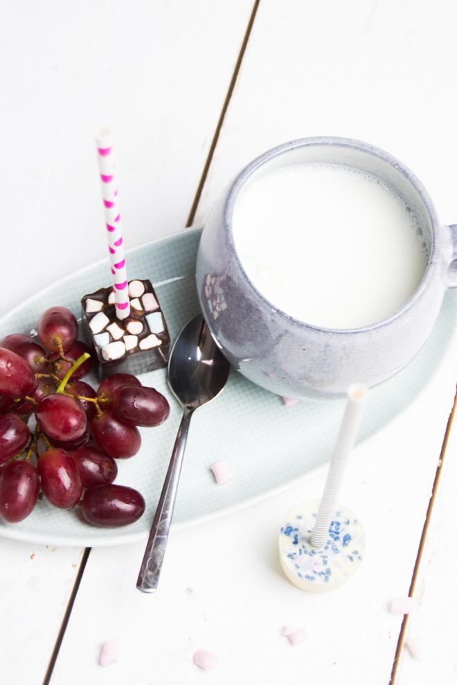 Auszeit. Kaffeezeit. Eine tolle Geschenkidee aus meiner Küche ist heiße Schokolade am Stiel. Denn die schmeckt nicht nur an kalten Tagen und ist etwas für die Seele. #Rezept #DiY #KochenmitKIndern #Leckerschmecker #Trinken #füedieSeele