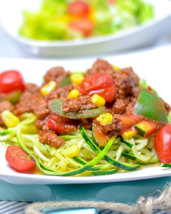 Kennst Du Zoodles? Das sind gesunde Zucchininudeln für Zucchini Pasta in diesem Fall Zucchini-Spaghetti. Ein leckeres Rezept in dem ich dir zeige wie einfach man wie man Zucchininudeln macht und die sogar Low Carb sind. || #feierSun #feierSunFood #Rezept #Zucchininudeln #LowCarb ||