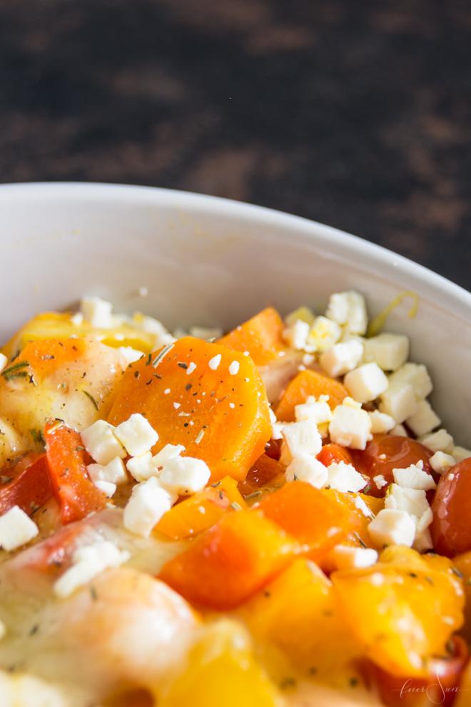 Lecker und nahrhaft - schnelles Mittagessen welches auch noch super gesund ist und sich quasi von allein zubereitet? Buntes Ofengemüse. Leicht, lecker, vegetarisch und vegan und super variabel. Das leckere Rezept für das Mittagessen im HomeOffice heute auf #feierSun.de #Rezept #Gemüse #HomeOffice