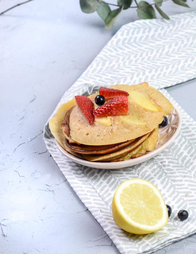 Frisch und lecker. Am besten schmecken sie mit Ahornsirup und Butter oder mit Blaubeeren. Mein einfaches Pancake Rezept schmeckt und geht super schnell. Leicht, nicht zu süß da zuckerarm und einfach lecker. #feierSun #feierSunFood #Rezepte #Pancakes