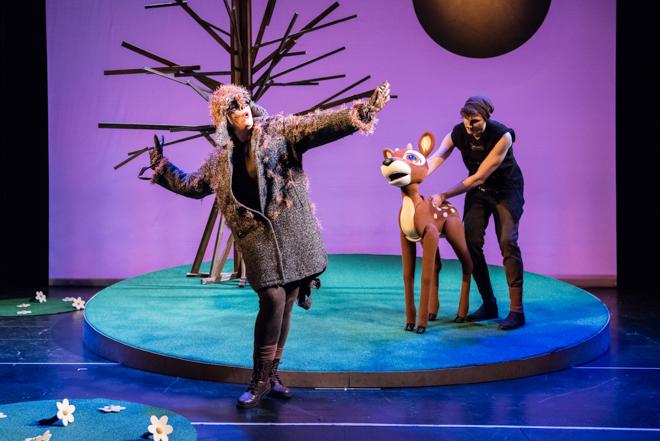 Bambi reloaded - das Waldical für die ganze Familie ist kein Stück mehr grausam, traurig und garantiert Albtraum-frei! Denn Bambi hat sich in den letzten 70 Jahren etwas verändert und so hat es dank Christian Berg endlich ein Happy End erhalten. Eines ohne Tränen und mit viel Liebe wird es im St. Pauli Theater aufgeführt. Hamburg mit Kindern als Ausflug in ein erstes Musical #feierSun #feierSunFamily #Theater #Musical #HamburgmitKindern #KulturmitKind | Foto/Bildrechte: G2 Baraniak