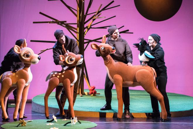 Bambi reloaded - das Waldical für die ganze Familie ist kein Stück mehr grausam, traurig und garantiert Albtraum-frei! Denn Bambi hat sich in den letzten 70 Jahren etwas verändert und so hat es dank Christian Berg endlich ein Happy End erhalten. Eines ohne Tränen und mit viel Liebe wird es im St. Pauli Theater aufgeführt. Hamburg mit Kindern als Ausflug in ein erstes Musical #feierSun #feierSunFamily #Ausflug #Theater #HamburgmitKindern #KulturmitKind | Foto/Bildrechte: G2 Baraniak