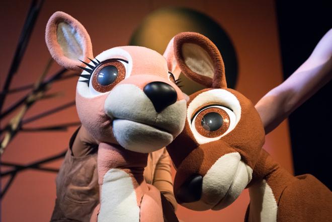 Bambi reloaded - das Waldical für die ganze Familie ist kein Stück mehr grausam, traurig und garantiert Albtraum-frei! Denn Bambi hat sich in den letzten 70 Jahren etwas verändert und so hat es dank Christian Berg endlich ein Happy End erhalten. Eines ohne Tränen und mit viel Liebe wird es im St. Pauli Theater aufgeführt. Hamburg mit Kindern als Ausflug in ein erstes Musical #feierSun #feierSunFamily #Ausflug #Theater #Musical #HamburgmitKindern #KulturmitKind | Foto/Bildrechte: G2 Baraniak