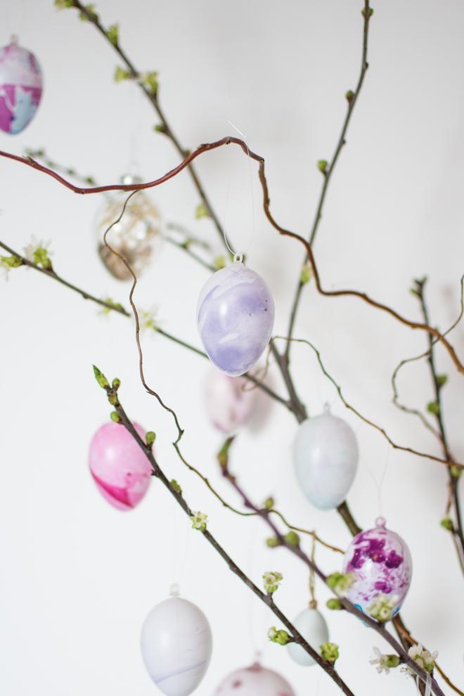 Der bunte Oster - Trend 2018 | Ostereier färben mal anders: Mein DIY marmorierte Ostereier mit Nagellack ganz einfach selber machen und jedes Osterei ist ein Unikat. Haltbare Ostereier für jeden Geschmack. #feierSun #feierSunDIY #Ostereier #Ostern #selbermachen #Osterbasteln