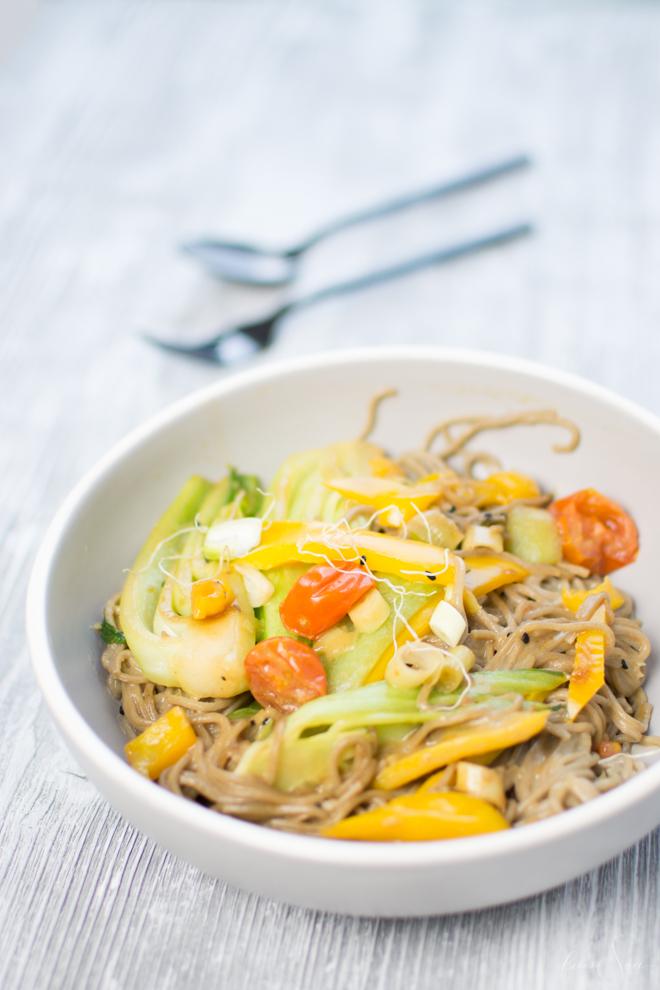 Lecker und gesund, praktisch und schnell - das sind Gerichte die in jeden Haushalt passen. Sobanudeln mit japanischer Gemüse-Pfanne sind ein leckeres Rezept welche sich auch zum Vorkochen eignet. Es ist ballaststoffreich und nicht nur vegetarisch, sondern auch vegan und somit laktosefrei. Step by Step zeige ich dir im Video wie du dieses leckere Gericht schnell und einfach auf den Tisch zauberst. #feierSun #feierSunFood #kochen #gesund #lecker #rezept #schnell #einfach #Nudeln #asiatisch #japanisch #vegan #pakchoi #laktosefrei #sojasosse #kokosmilch