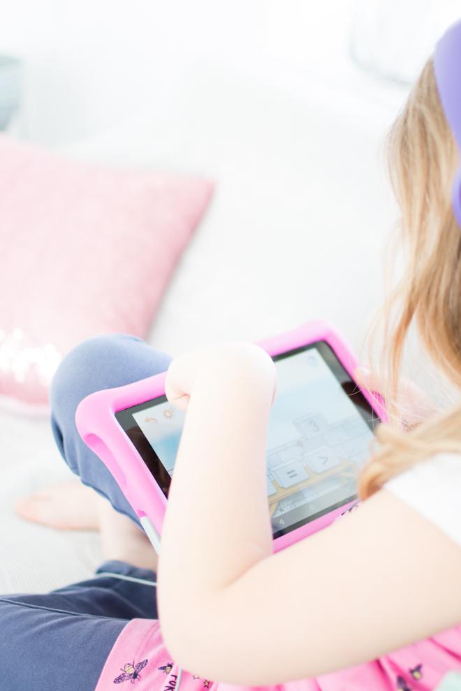 Mit Deezer Family kommst du trotz Ferien im Home Office zum Arbeiten und hast dabei sogar noch ein unterhaltendes Kind. Ich arbeite mit Deezer meinem persönlicher Streamingdienst für Musik, Hörbücher, Hörspiele, Podcasts und mehr. Home Offie mit Kind im Haus und etwas spannendes auf den Ohren.   #feierSun #Familienleben #feierSunFamily #Deezer #Anzeige #Streamingdienst #Musik #hörspiel #Geschichten #Hören