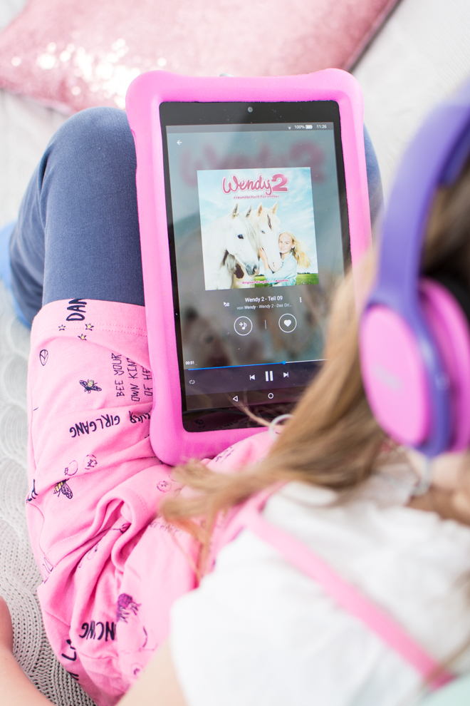 Mit Deezer Family kommst du trotz Ferien im Home Office zum Arbeiten und hast dabei sogar noch ein unterhaltendes Kind. Ich arbeite mit Deezer meinem persönlicher Streamingdienst für Musik, Hörbücher, Hörspiele, Podcasts und mehr. Home Offie mit Kind im Haus und etwas spannendes auf den Ohren.   #feierSun #Familienleben #feierSunFamily #Deezer #Anzeige #Streamingdienst #Musik #hörspiel #Geschichten #Pferdegeschichten
