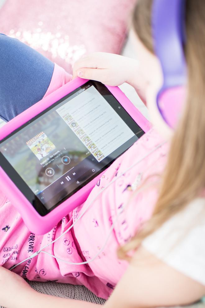 Mit Deezer Family kommst du trotz Ferien im Home Office zum Arbeiten und hast dabei sogar noch ein unterhaltendes Kind. Ich arbeite mit Deezer meinem persönlicher Streamingdienst für Musik, Hörbücher, Hörspiele, Podcasts und mehr. Home Offie mit Kind im Haus und etwas spannendes auf den Ohren.   #feierSun #Familienleben #feierSunFamily #Deezer #Anzeige #Streamingdienst #Musik #hörspiel #Geschichten #BibbiundTina