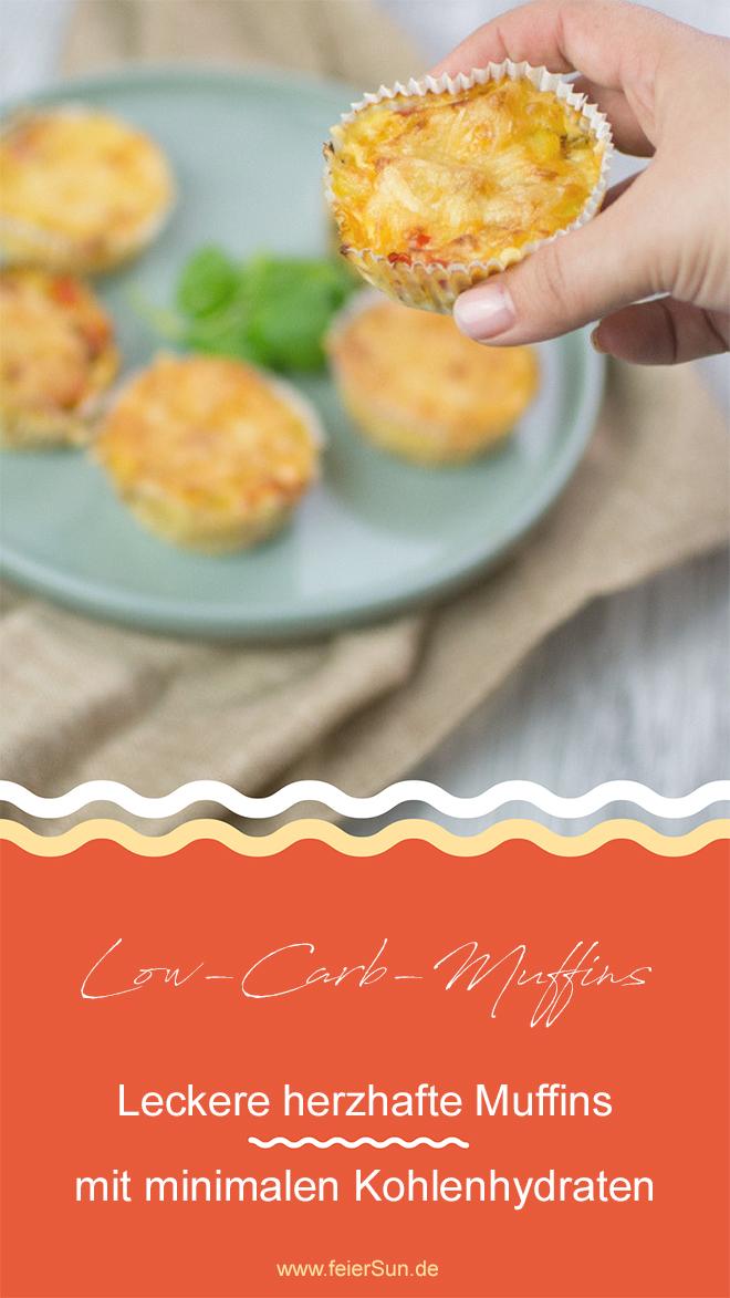 """Die Hand greift sich einen leckeren Gemüsemuffin von einem grünen Teller. Auf der Grafik steht der Text """"Low-Carb-Muffins - Leckere herzhafte Muffins mit minimalen Kohnelhydraten www.feiersun.de"""