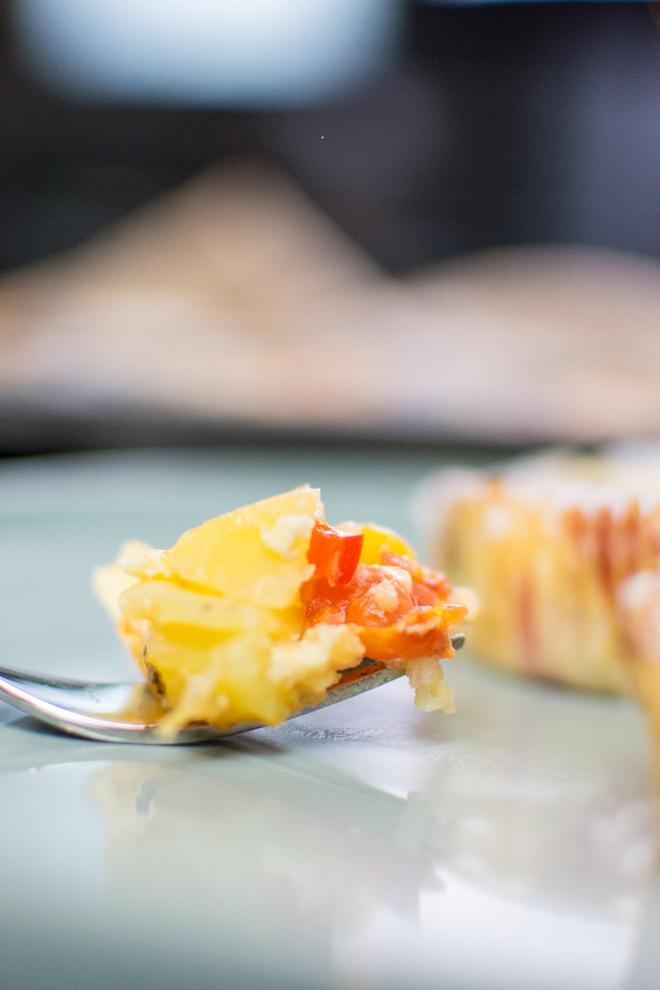 Auf der Gabel ist der Inhalt der Gemüsemuffins. Kartoffel, Tomate und Sahneei.